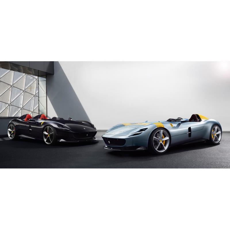 「フェラーリ・モンツァSP1」(右)と「SP2」(左)。