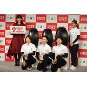 左から綾瀬はるかさん、アイスホッケー日本代表「スマイルジャパン」の久保英恵選手(FW)、床亜矢...