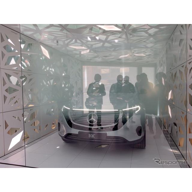 電気自動車なのでガレージではない、リビングともつながる室内に空間に乗り入れるEQC。