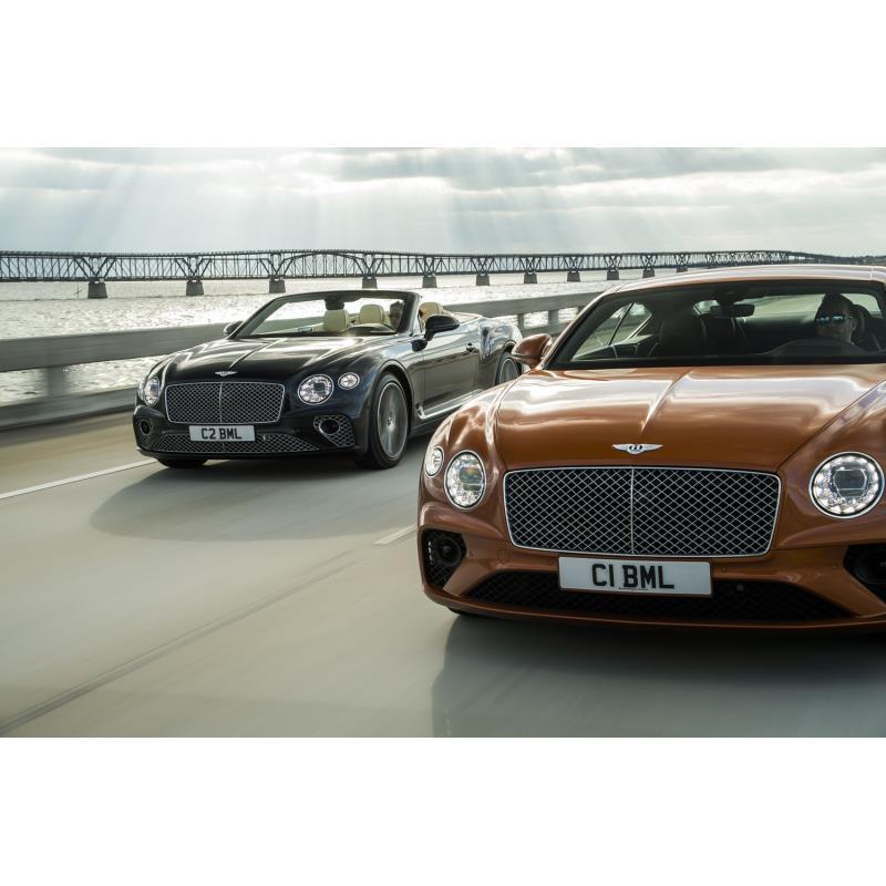ベントレー・コンチネンタルGT V8(右)、同コンチネンタルGT V8コンバーチブル(左)
