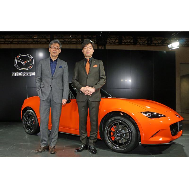 「マツダ・ロードスター30周年記念車」と、マツダの前田育夫常務執行役員(左)と中山 雅氏(右)。