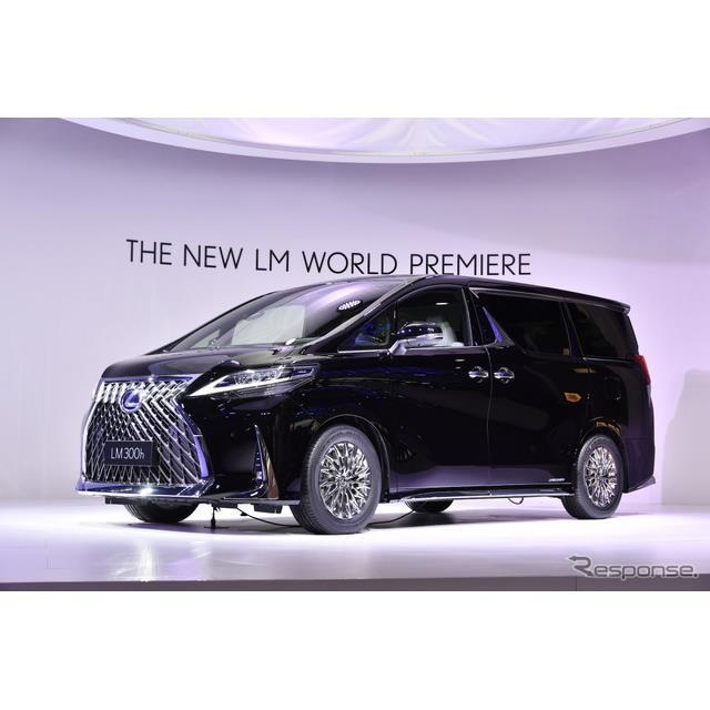 レクサスが世界初公開したミニバンタイプの高級車「LM300h」(上海