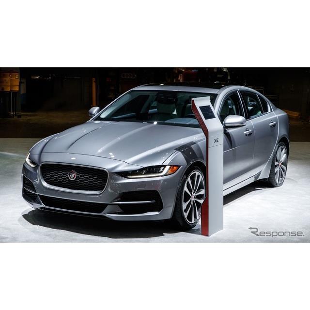 ジャガーカーズは、米国で開幕したニューヨークモーターショー2019において、ジャガー『XE』(Jaguar XE)...