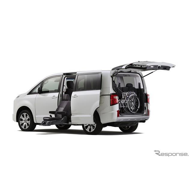 三菱自動車は、新型『デリカD:5』に、2列目左シートをスライドダウンすることで乗降時の負担を軽減させる...