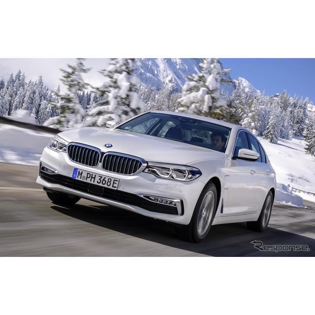 BMWは、『5シリーズセダン』(BMW 5 Series Sedan)のプラグインハイブリッド車(PHV)の改良モデルを7月、...