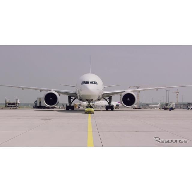 MINIクーパーSEのプロトタイプがドイツ・フランクフルト国際空港において約150トンの航空機(ボーイング777F)を牽引