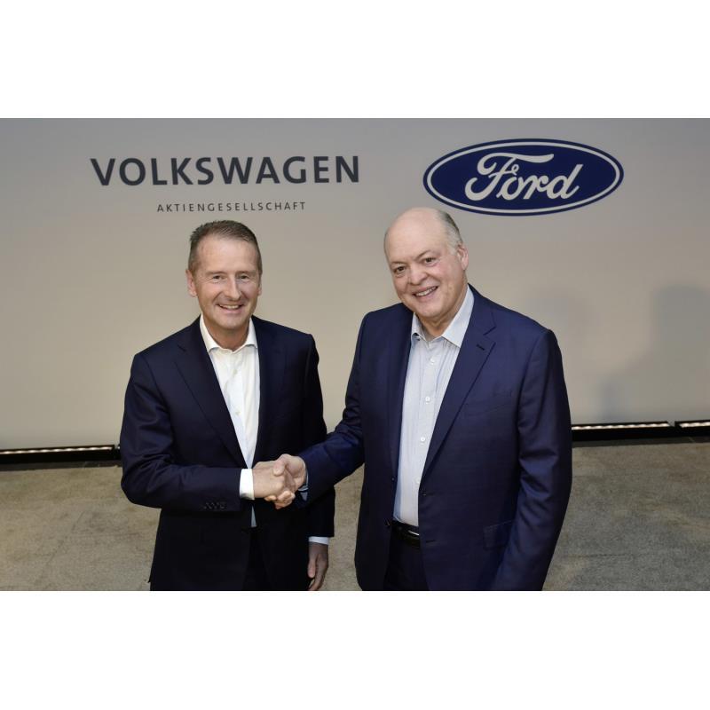 フォルクスワーゲンのCEOヘルベルト・ディース氏(左)とフォードのCEOジム・ハケット氏。