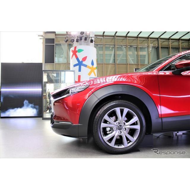 マツダは東京ミッドタウン(東京都港区)で開催されているデザインタッチに『CX-30』を出展。ボディに映り...