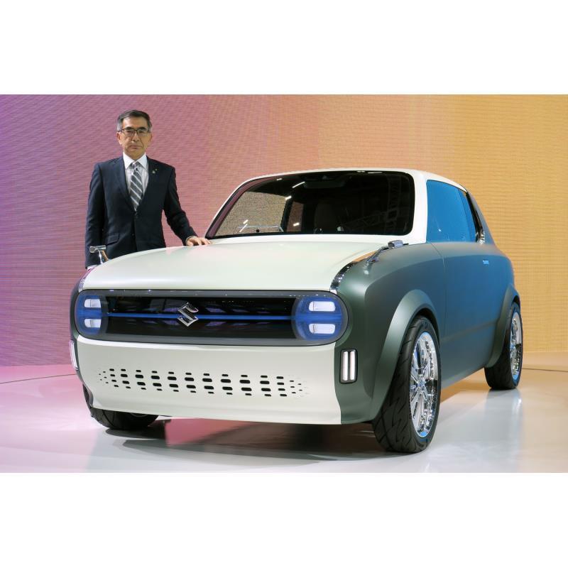 スズキの鈴木俊宏社長とコンセプトカー「WAKUスポ」。