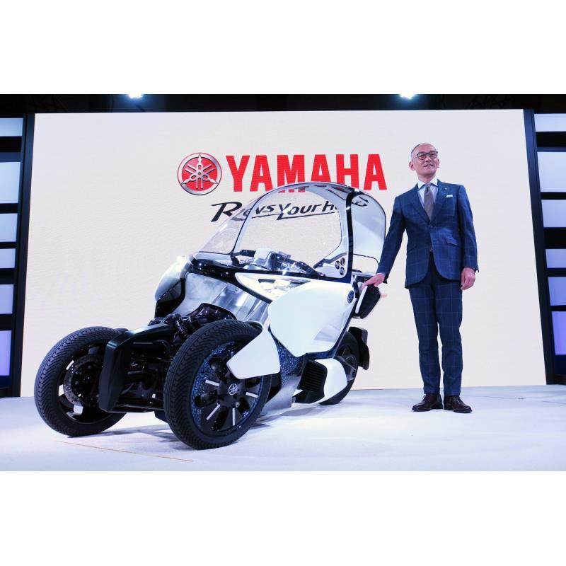 ヤマハ発動機の日高祥博社長とコンセプトモデルの「MW-VISION」。
