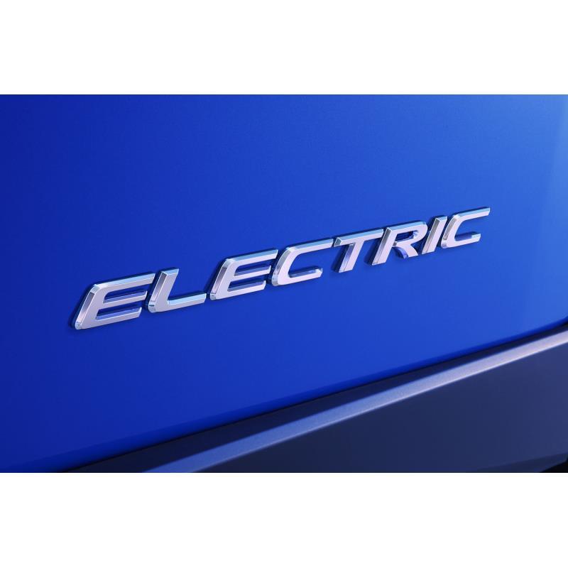 車両全体に先駆けて公開された「ELECTRIC」のエンブレム。