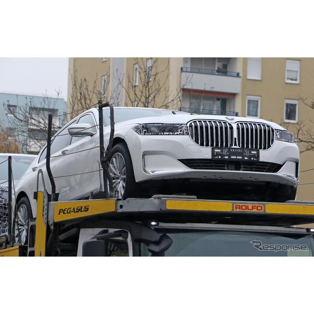 BMWのフラッグシップ・セダン、『7シリーズ』新型の開発車両をカメラが再び捉えた。  キャッチした2台の...