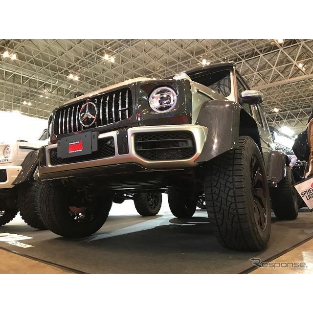 """4WDのパーツを販売するプロスタッフは、車高を上げる""""リフトアップ""""を施したメルセデスベンツ『Gクラス』..."""