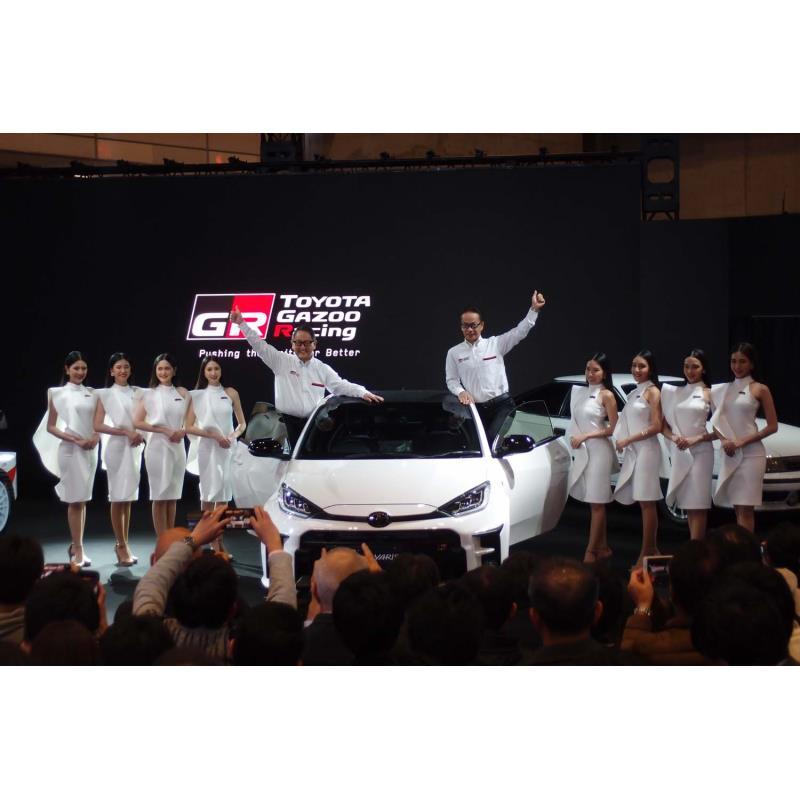 フォトセッションの様子。中央で「ヤリスGR」のドアシルに立つのは、トヨタの豊田章男社長(左)と...