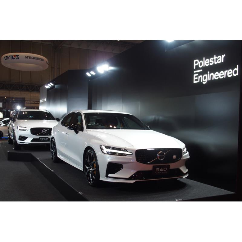 ボルボブースに展示された「S60 T8ポールスターエンジニアード」(手前)と「XC60 T8 ...