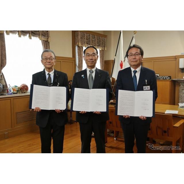 左から、三菱自動車の印藤啓孝執行役員、埼玉県の大野元裕知事、東日本三菱自動車販売の長田昭夫社長