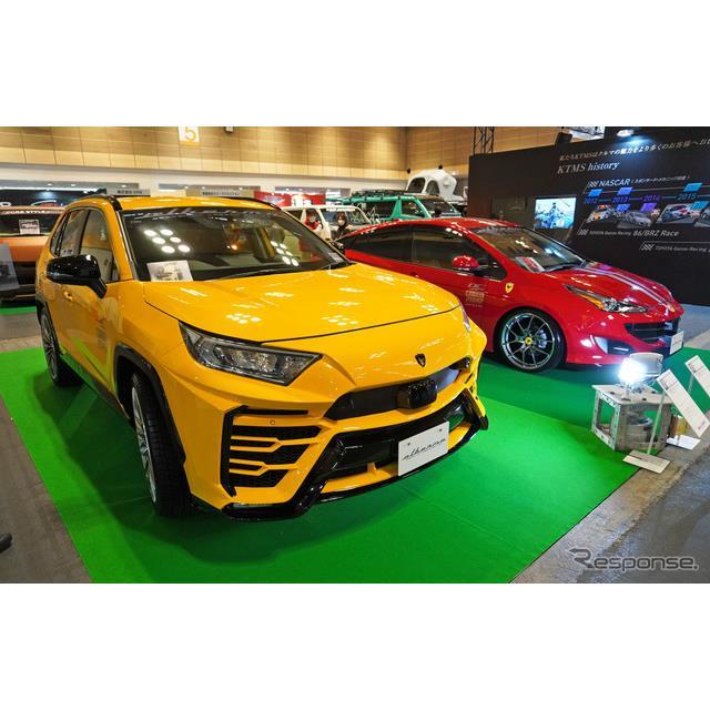 「大阪オートメッセ2020」に展示されたランボルギーニ風のトヨタRAV4と、フェラーリ風のプリウス