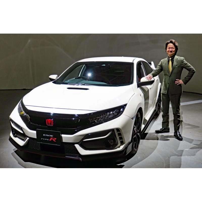 「ホンダ・シビック タイプR」の改良モデルと、同車の開発責任者である柿沼秀樹氏。