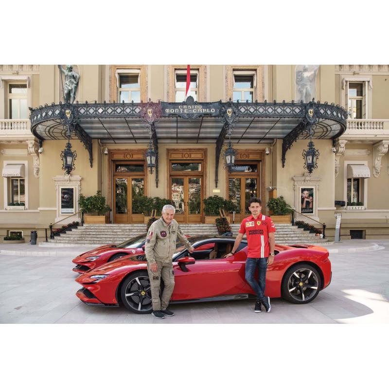 クロード・ルルーシュ監督(写真左)とドライバーを務めたシャルル・ルクレール(同右)