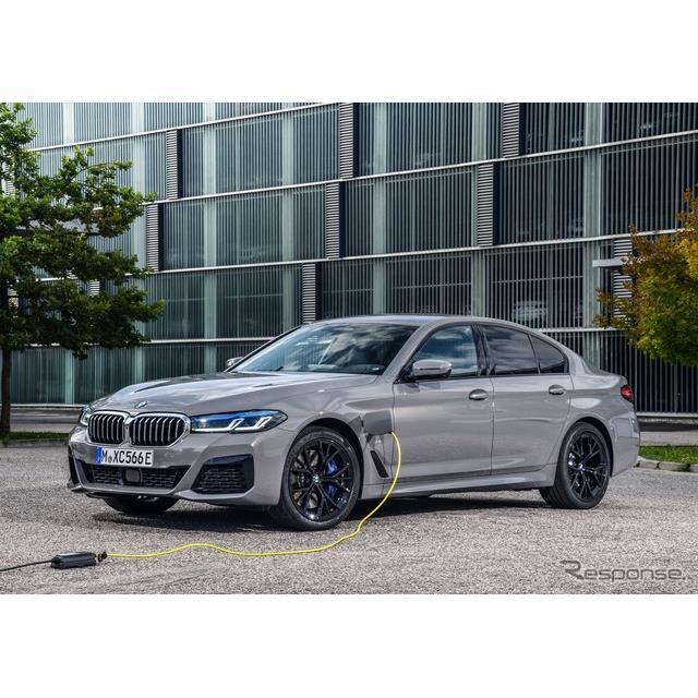BMWは8月12日、改良新型『5シリーズセダン』(BMW 5 Series Sedan)に、6気筒ガソリンエンジン搭載のプラグ...