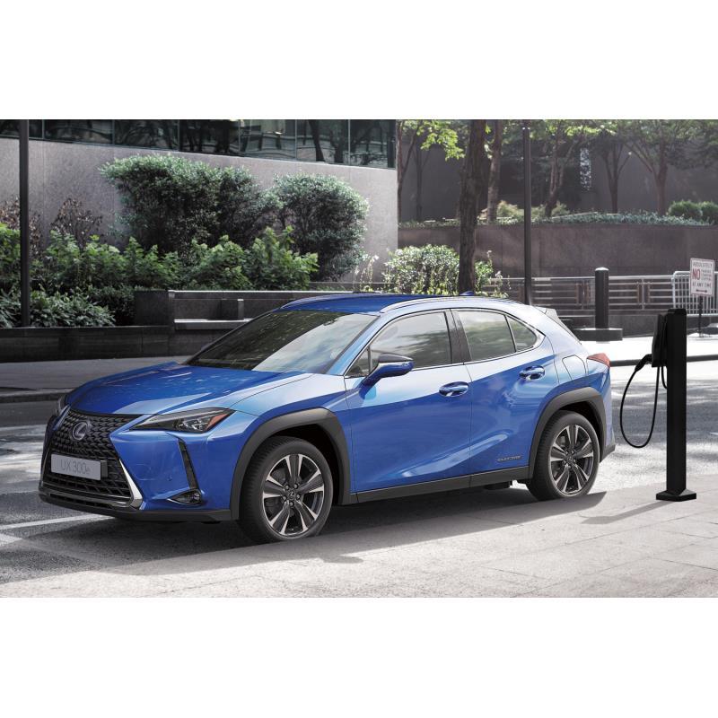 トヨタ自動車は2020年10月22日、レクサスブランド初となる電気自動車(EV)の市販モデル「UX300e」を発表。...