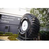 ブリヂストンイノベーションギャラリーのエントランス。世界最大級のタイヤが出迎える。