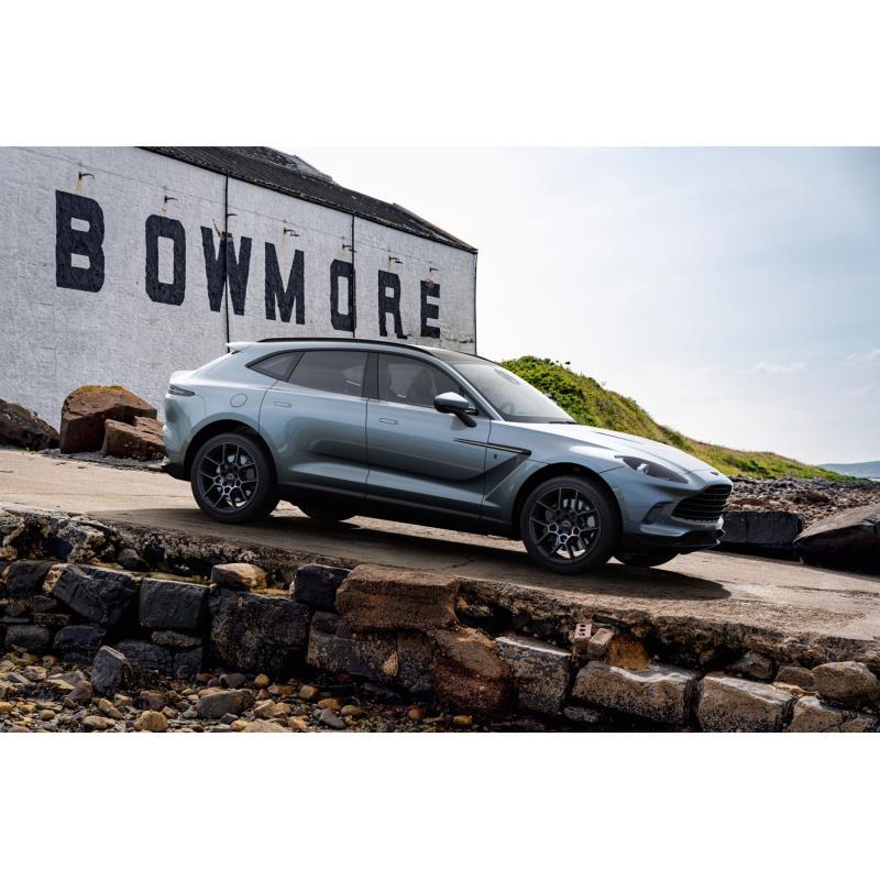英アストンマーティンは2020年12月7日(現地時間)、ハイパフォーマンスSUV「DBX」の特別仕様車「Bowmore(...