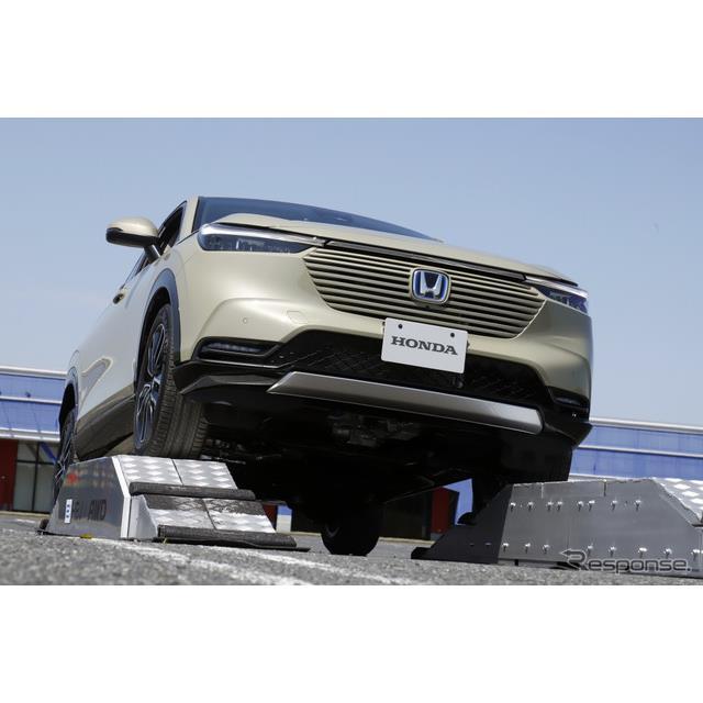 新型『ヴェゼル』の4WDシステムはエンジン部からの出力をプロペラシャフトでリアアクスルに伝える方式を採...