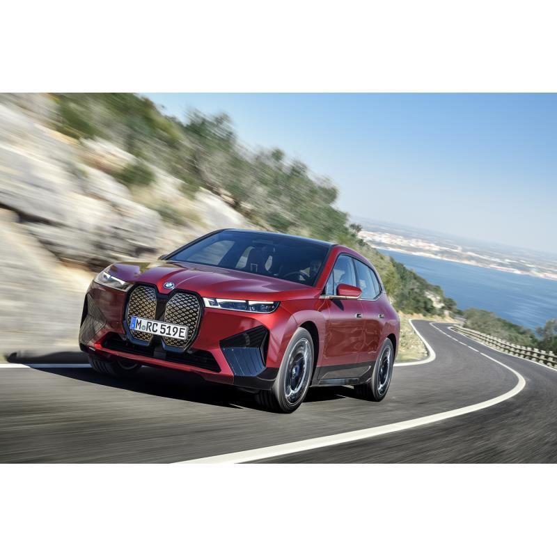 BMWジャパンは2021年6月9日、同年秋に国内で正式発表予定の電気自動車(EV)「BMW iX」に、初期生産モデル...