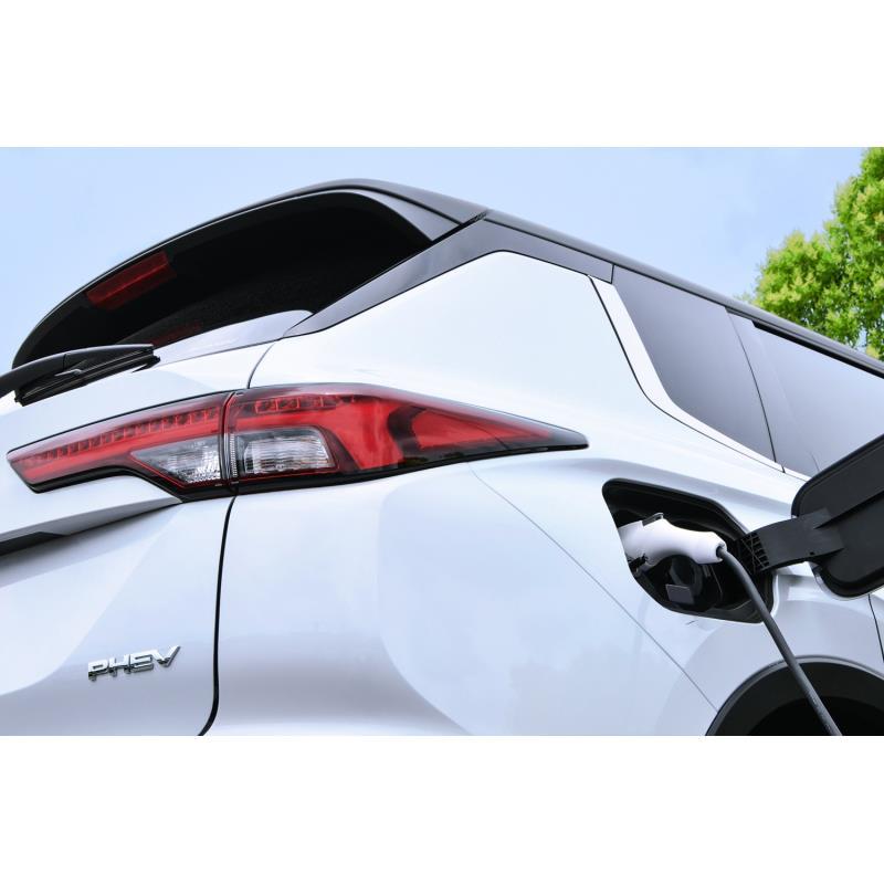 三菱自動車は2021年7月29日、同年4月に北米で発売した新型「アウトランダー」にプラグインハイブリッド車(...