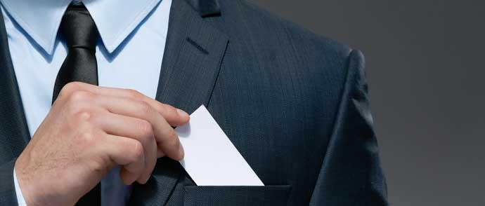 交換した名刺を従業員それぞれが管理するのはデメリットが大きすぎます。
