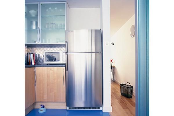 冷蔵庫は壁から少し話して設置