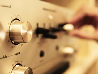 サラウンド規格「Dolby」や「DTS」採用で、前後左右の音声をリアルに再現