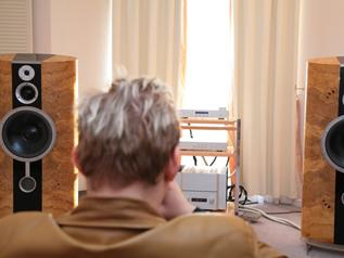 床に直接置くタイプの大型スピーカーずっしりとした低音が楽しめる