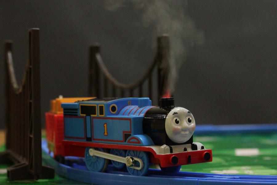 """さわっても熱くない""""リアルな蒸気""""に夢中! 新しい「きかんしゃトーマス プラレール」で遊んだよ"""