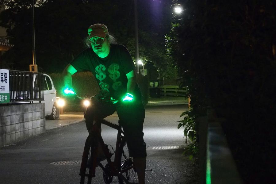 暗闇でピカッ! 自転車用グローブにLEDが付いちゃった