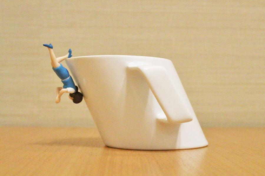 """目の錯覚? """"斜め上""""の発想で作ったマグカップが違和感ありすぎ!"""