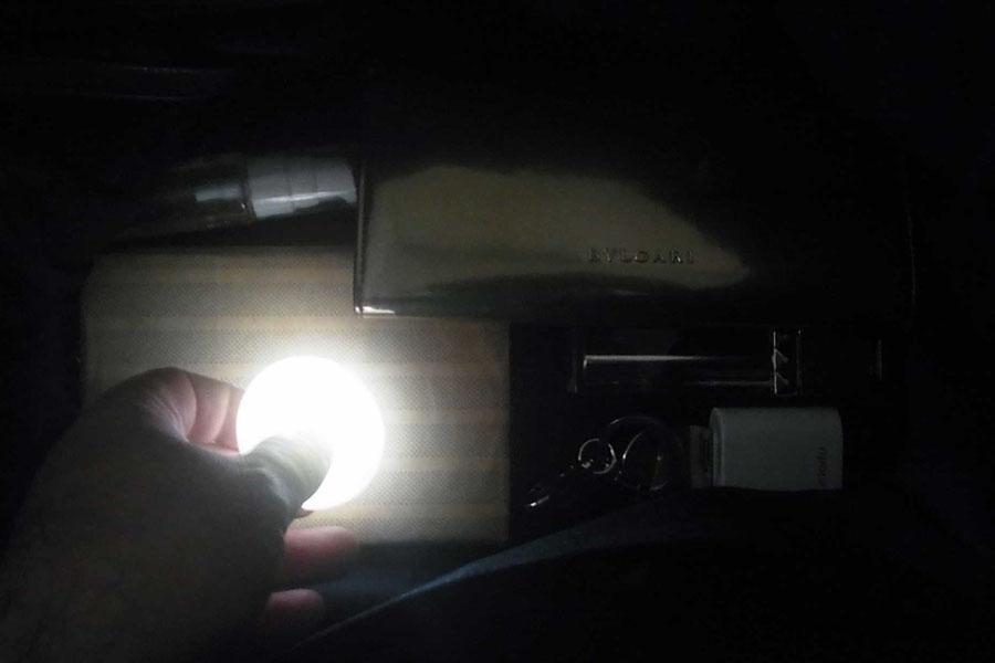 小物探しに大活躍! バッグに手を入れると自動で光るライト