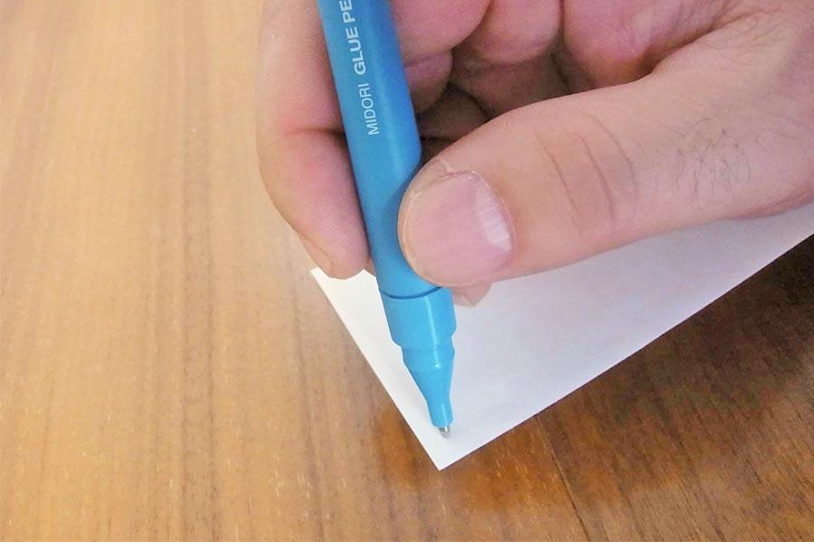 ボールペンじゃないの? 実は狭いところもぬれる「のり」なんです