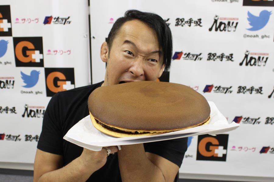 夢みたい♪ 直径30cm、重さ2kgの超巨大どら焼きを食べてみた