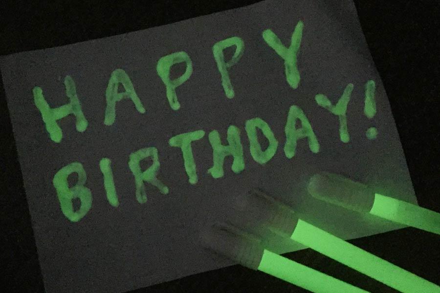 書いたところがポワ〜っと光る☆ 懐かしの「蓄光」がペンになったよ!
