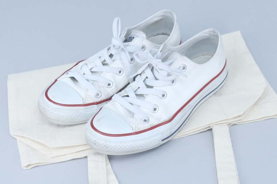 3a373b7c2b5070 ヒールの靴を履いて出勤していた場合を想定し、履き倒して捨てる寸前だったスニーカーも、一緒に置いておくことにしました