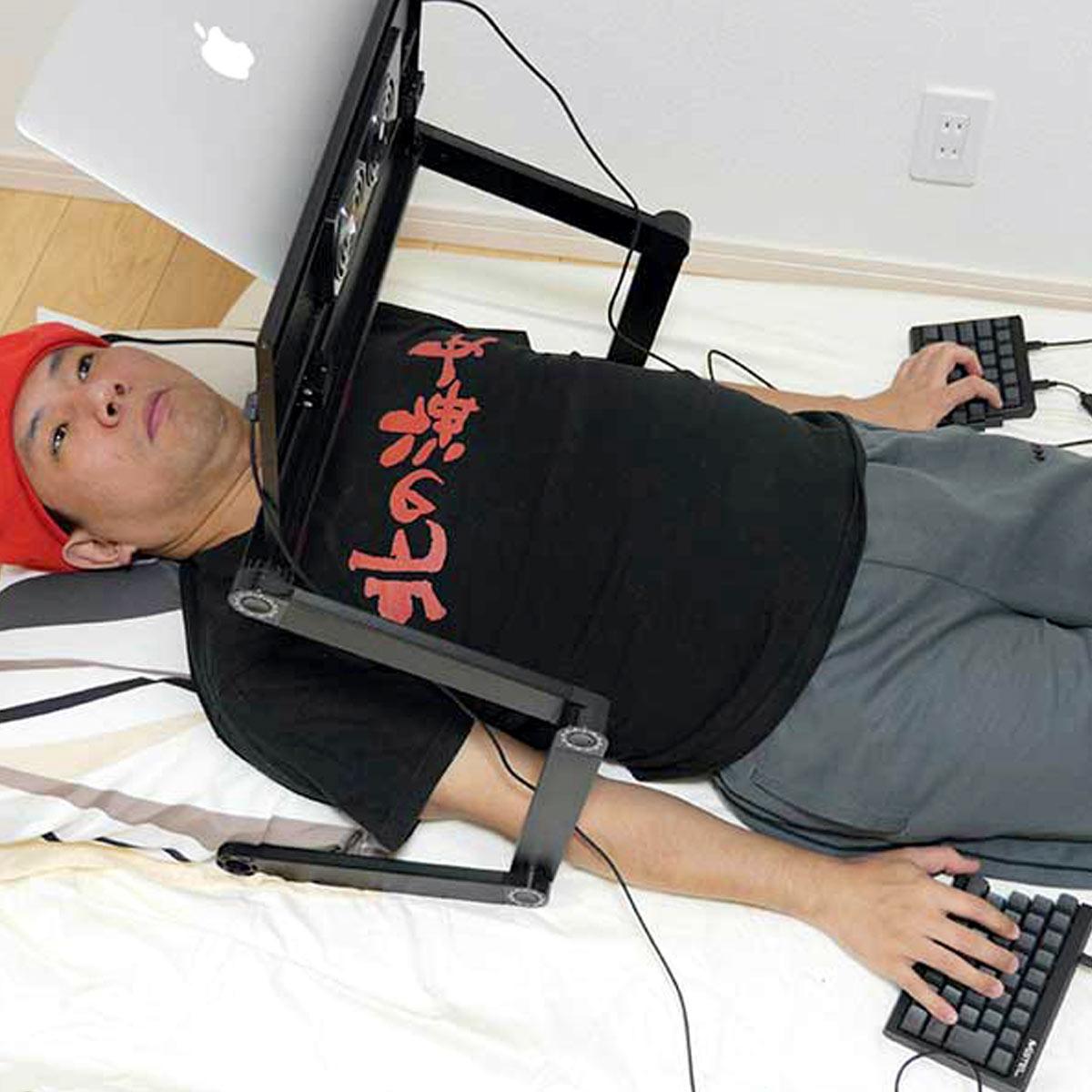 寝たままパソコン作業がしたい…その夢、分離式キーボードとPC台で実現!
