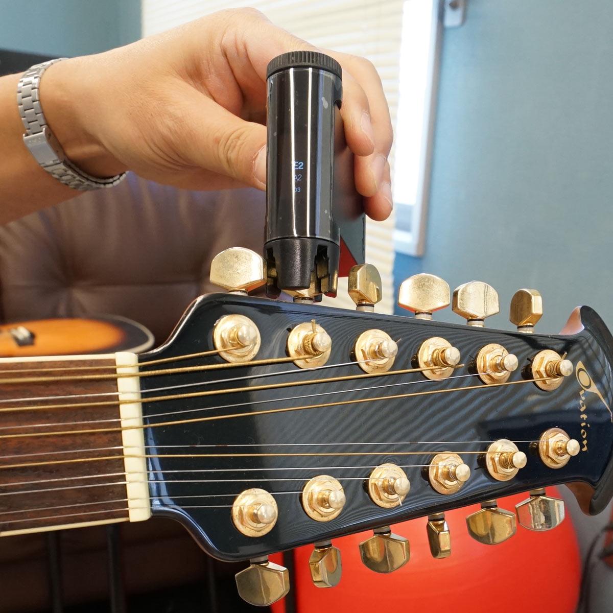 ペグに添えるだけ!! ギターチューナー「Roadie 2」が超絶便利だった