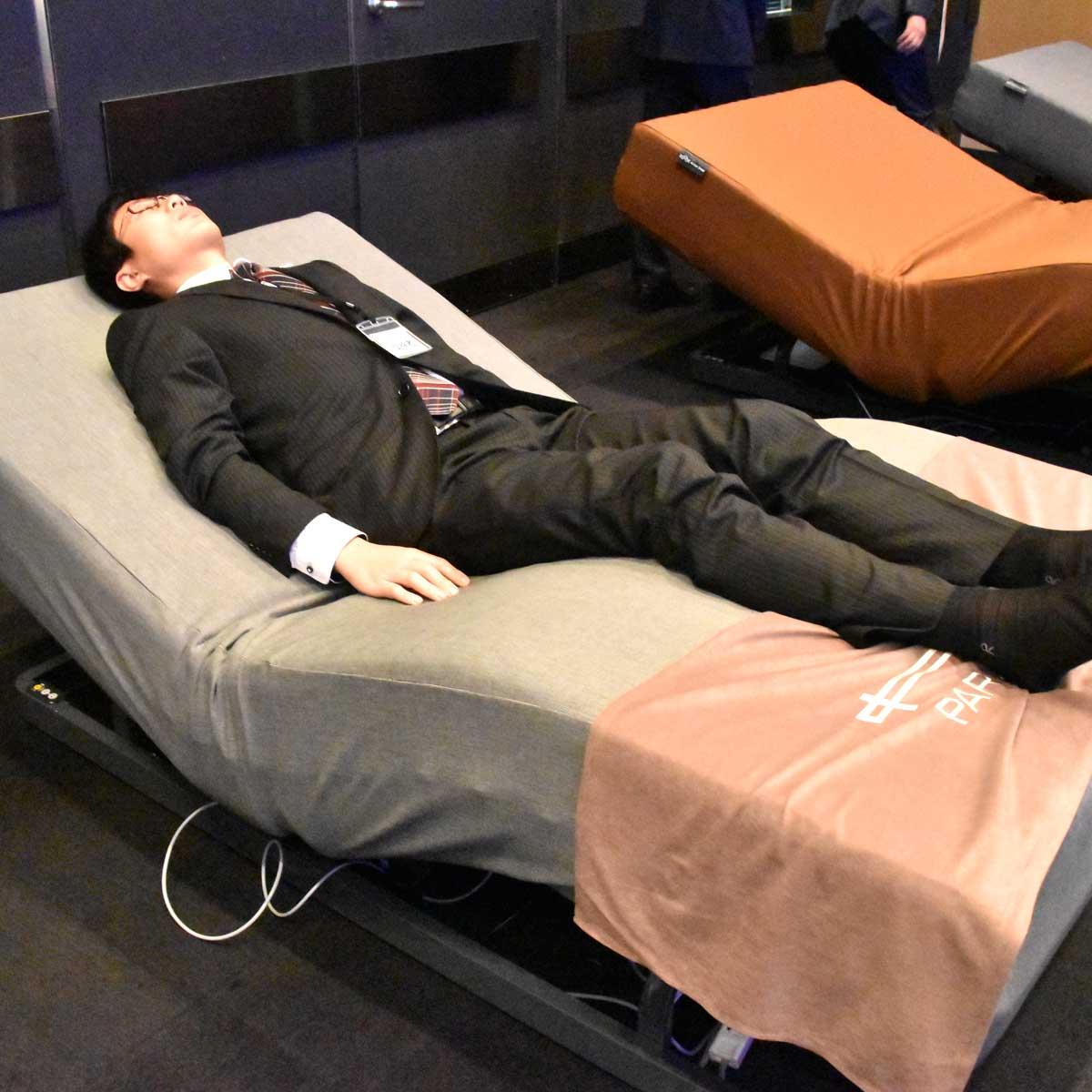 """スマホで角度や硬さが変えられる""""夢のベッド""""が誕生! レム睡眠時に起こす機能も"""