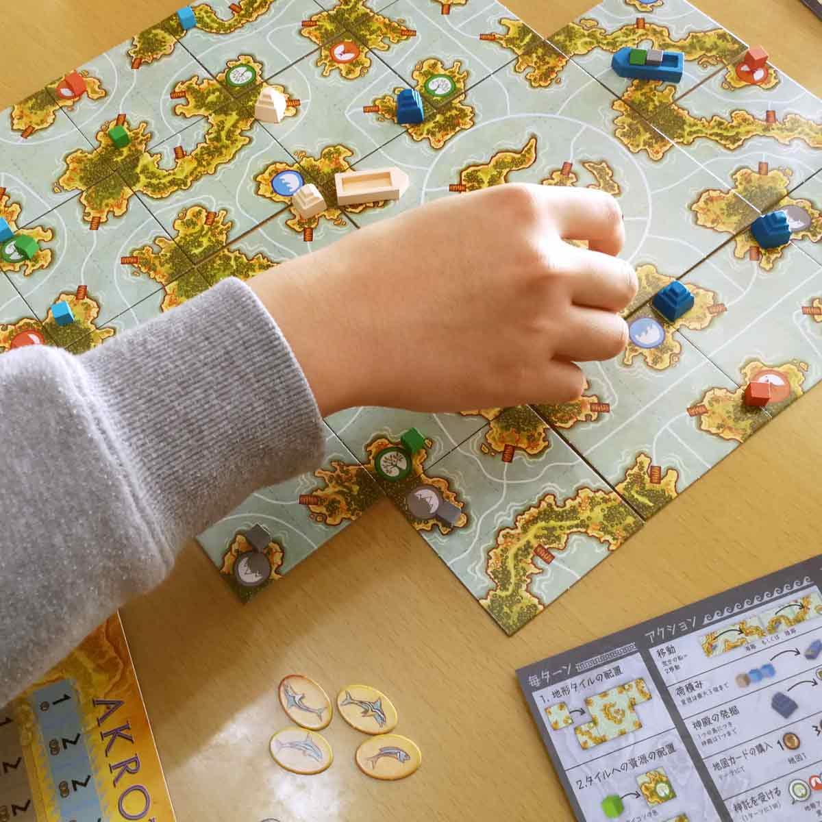 カード1枚が勝負を握る! 親子で楽しめるボードゲーム「アクロティリ」を遊んでみた