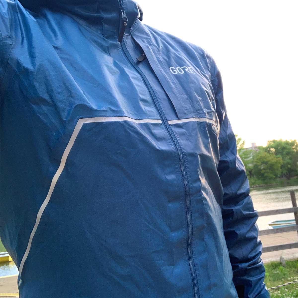 高い、でも超有能! 水を弾きまくるゴアテックスの雨天時向けジャケット
