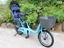 サンシェード付きのチャイルドシートを装備した子乗せ電動アシスト自転車
