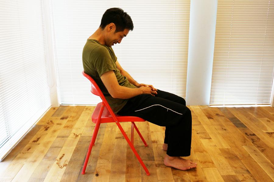 簡単過ぎ! 座ったまま数センチ動くだけでかっこいい腹筋を