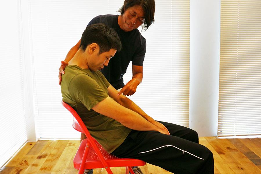 簡単過ぎ! 座ったまま数センチ動くだけでかっこいい腹筋をゲット